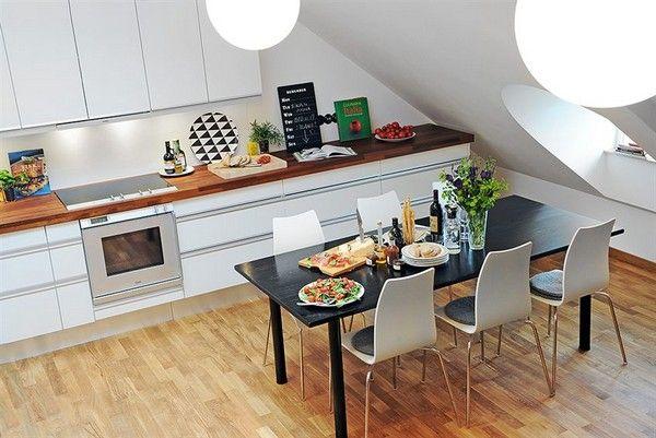 Mansardna kuhinja z jedlino mizo in stoli
