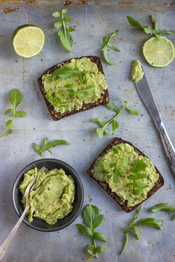 Rozmýšľate čo na raňajky a chleba s maslom a šunkou či syrom už nechcete ani vidieť? Hľadáte zdravšie alternatívy ku nátierkam s majonézou či s taveným syrom? Máme pre vás 8 zdravých receptov na zeleninové nátierky. Ani stále drahšie maslo v nich nenájdete.