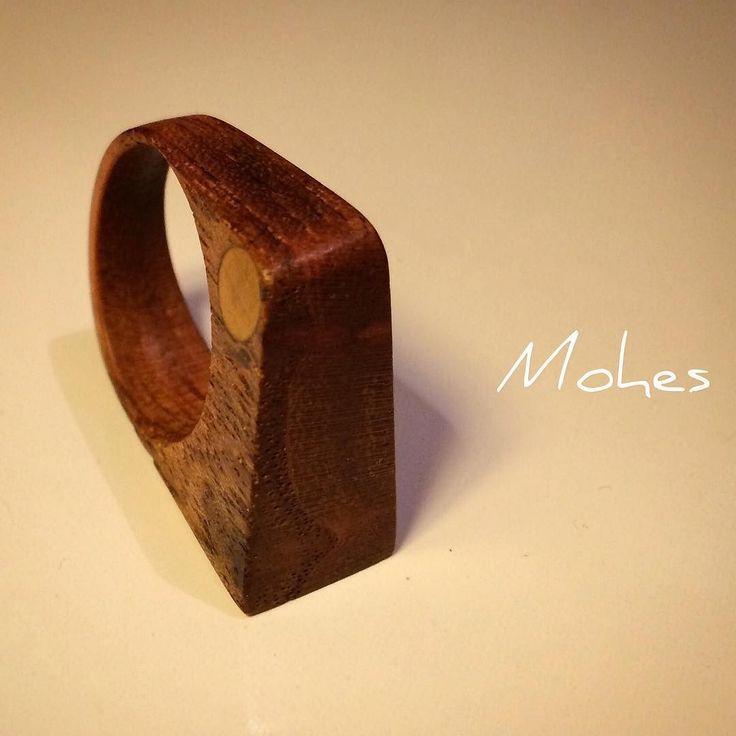 Anillo de madera a la vieja escuela.  Old scool.  NO CNC!  #wood #woodworking #woodwork #woodworkdesign #artwork #design #workdesign #MOHES #woodart #furnituredesign #handmade #fashion #rings #woodring #craftman #woodfashion #handcrafted  #instastyle #instafashion #artesano #artesanias #madera #hechoamano #anillos #diseño #hechoenargentina #diseñodeautor #comunidadeditor #moda de _mohes_