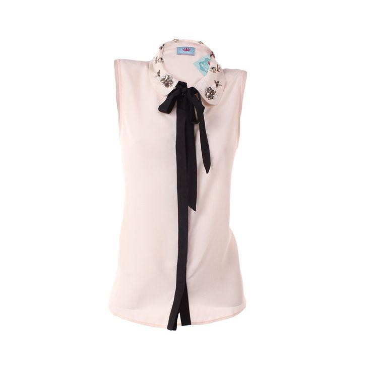 Blusa de Gasa, De Victoria, $24.000. Blusa de gasa blanca con aplicaciones de mostacilla en el cuello, es ideal para ir a trabajar un día de verano. Puedes combinarla con u...