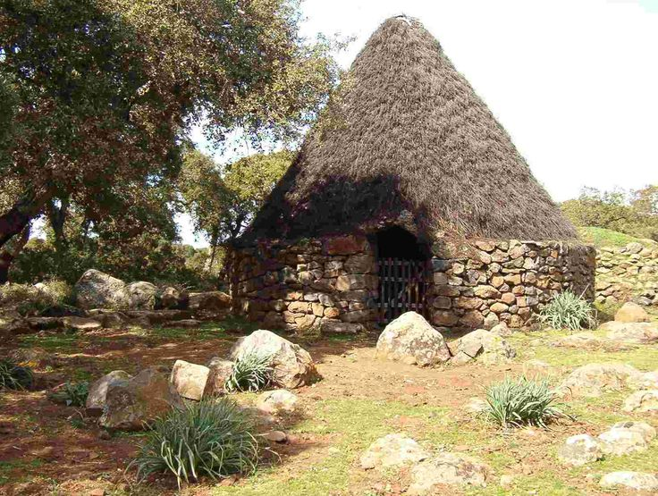 """Come ultima testimonianza della presenza dell'uomo sull'altopiano, rimangono le """"Pinnettas"""", tipiche capanne simili a quelle del periodo nuragico, utilizzate dai pastori come rifugio fino a 20 anni fa."""