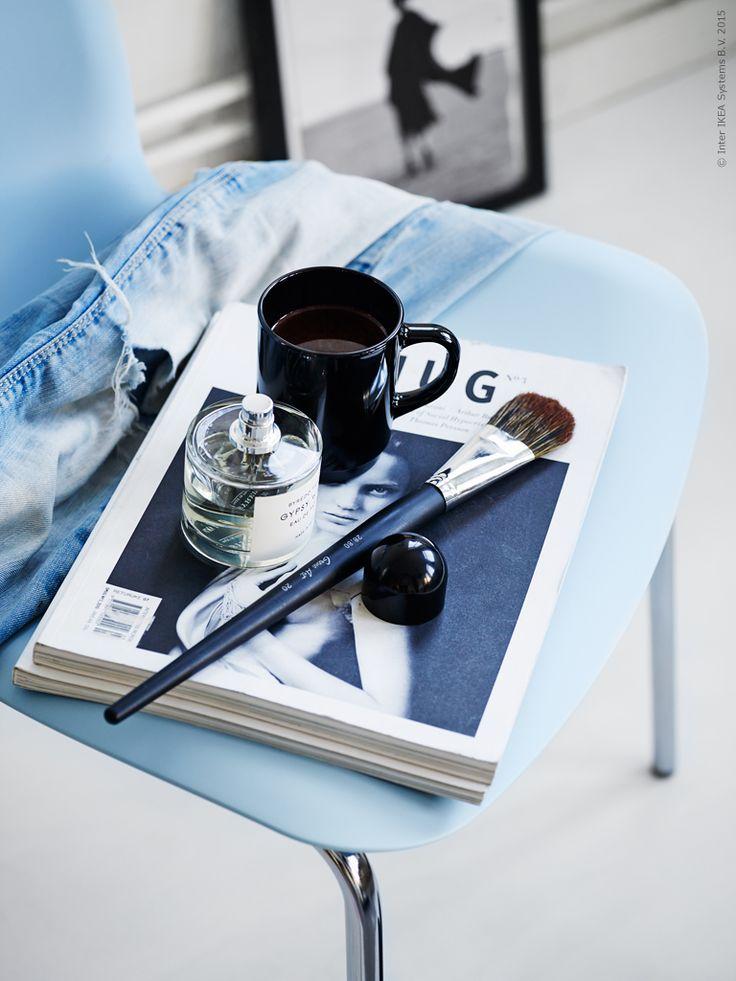 En stol med stilrent formspråk och en modemässig kombination av ljusblått och svart. Stol LEIFARNE/BRORINGE och mugg TECKEN.