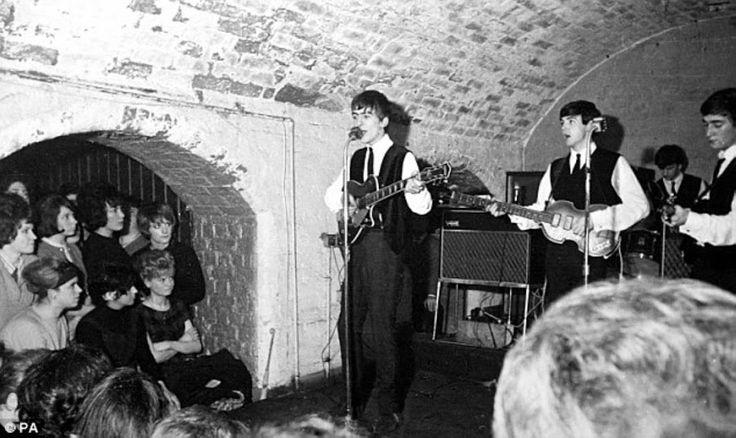 George: Ragazze, chi di voi vuole trascorre una serata con un Beatle? Fatevi sotto, accetto inviti a cena! Paul: Ah, siamo alle solite! No, ragazze, George preferisce le gelatine alla frutta... George: No, le gelatine alla frutta nooo!