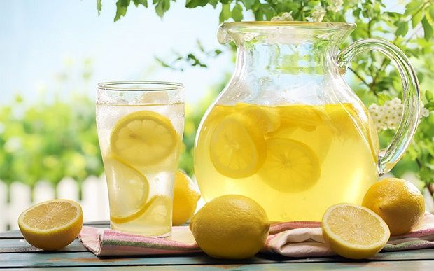 Il limone vanta numerosi benefici per la salute, conosciuti fin dall'antichità. Tra le sue proprietà più importanti ricordiamo quelle antibatteriche ed antivirali; inoltre, il limone aiuta a stimolare il sistema immunitario ed è un ottimo alleato se si vuole perdere peso perché ha effetti digestivi e depura il fegato. Il limone contiene diverse sostanze, in …