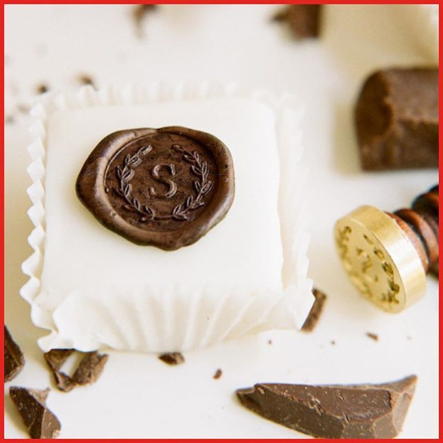 "December 14: Chocolate ""wax"" seal monogramed cakes. ⠀ Use a monogrammed wax seal and press the seal into ⠀ semi-melted chocolate, voilà you have personalized Christmas cakes⠀ Yummy image from @oncewed⠀ #christmas #calendar #julkalender #chocolate #cakes #cookies #monogram #waxseal #diy"