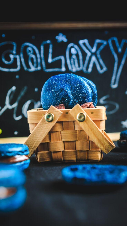 Galaxy macarons! Scoprite come preparare questi macarons spaziali in poche e (abbastanza) semplici mosse!    http://www.angelinaincucina.com/galaxy-macarons/