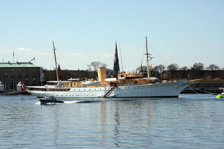 Enalyzer, HQ, Copenhagen. Office view.  Kongeskibet Dannebrog  Det danske kongehus skib. Det nuværende Dannebrog blev søsat 1932. Skibet er navngivet af dronning Alexandrine i 1931 og tjener nu som officiel og privat residens for regentparret samt medlemmer af den kongelige familie, når de er på på sommertogt i de hjemlige farvande, eller på officielt besøg i udlandet.