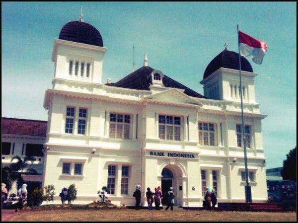 Dulunya gedung ini bernama De Javasche Bank sebelum diubah menjadi Bank Indonesia. Salah satu gedung peninggalan Belanda yang masih ada di Banda Aceh karya arsitek Vermont Cuypers dan Hulswit yang selesai dibangun pada tahun 1918, pada masa pemerintahan Hindia Belanda. (Photo by @AtinRY/ILATeam)