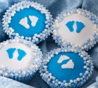 eboorte cupcakes zijn de perfecte traktaties als er een baby geboren is. Deze prachtige baby boy cupcakes zijn versierd met blauwe of witte cirkels van FunCakes fondant.
