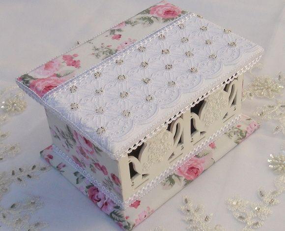 Caixa de Chá em MDF pintada com tinta pva e revestida com tecido 100% algodão. Apliques em renda e bordados em miçangas. R$ 70,00
