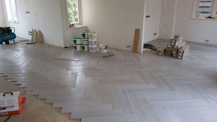 Het leggen van een (grote) visgraat vloer is een specialistische klus die Zaanbever Houten Vloeren vakkundig voor u uitvoert. Hier een kant en klaar wit geoliede eiken visgraat, traditioneel geplaatst.