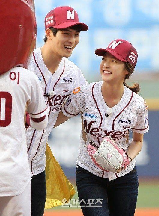 Jonghyun&Seungyeon's ceremonial pitch at KBO League - Latest K-pop News - K-pop News | Daily K Pop News