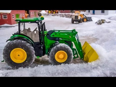 RC tractor John Deere front loader tractor playing in the snow! Siku Con...