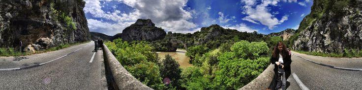 Der Pont d'Arc ist eine natürliche Steinbrücke über den Fluss Ardèche, nahe der Stadt Vallon-Pont-d'Arc im Vivarais, im Süden Frankreichs. Er ist 60 Meter breit, 54 Meter hoch und liegt etwa drei Kilometer entfernt von Vallon Pont d'Arc in Richtung St.Martin.Entstanden ist der Pont d'Arc auf natürliche Weise, als sich der Fluss durch Abtragung des tiefliegenden weichen Kalksteins immer weiter in den Fels grub. An der engsten Stelle einer Ardèche-Schleife, des Cirque d'Estres, durchbrach der…