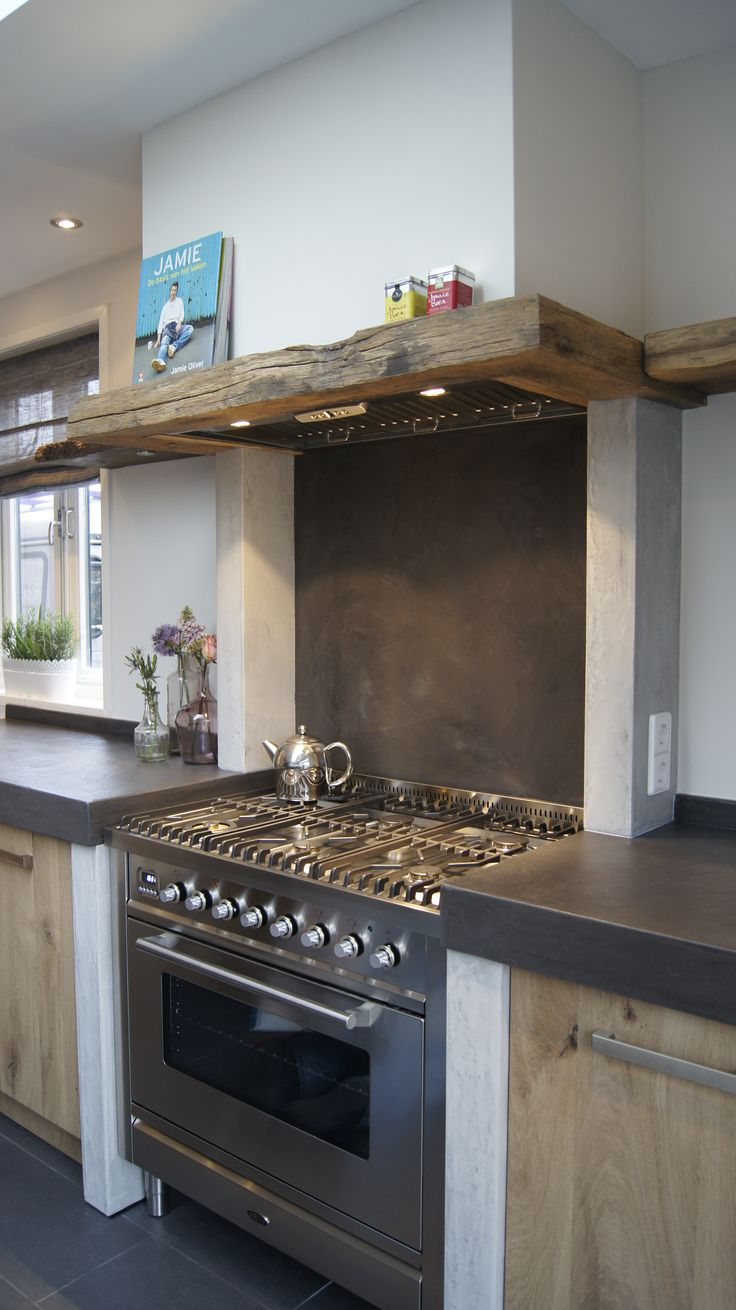Het Boretti fornuis past prachtig in deze keuken, de ombouw van de schouw is van  antiek Eiken balken voor een authentieke uitstraling. Ook de achterwand is van beton ciré.
