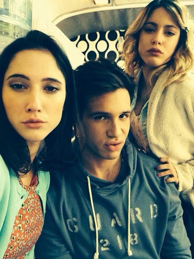 Fotos de @TiniStoessel Junto algunos chicos de el elenco, hoy antes de grabar #Violetta3. ❤️