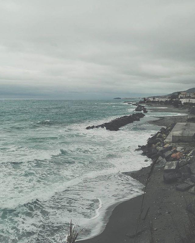 Perfect moment. #unangeloinviaggio  #italy #italia #calabria #cosenza #belvederemarittimo #mare #sea #mareininverno #tempesta #storm #volgoitalia #volgocosenza #volgocalabria #likes_cosenza #viaggio #travelgram #adventure #igersitalia #igerscalabria #igerscosenza #natura #nature #fotografia #sud #amepiaceilsud #visitcalabria #calabriadaamare #paesaggi_italiani #living_europe