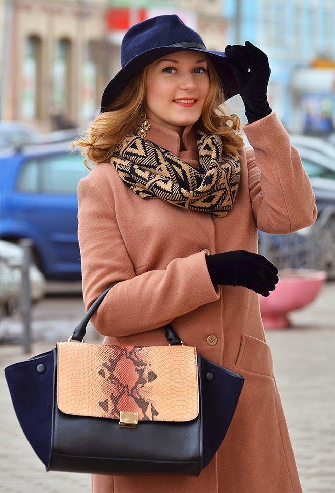 Добрый вечер!   Даже если вы одели самое обычное нейтральное пальто, образу можно придать индивидуальности за счет аксессуаров. В данном случае я выбрала к пальто цвета Camel обувь из синей замши и сумку с боковыми вставками в тон. Широкие поля шляпы и крупные локоны задают романтичное настроение, а змеиный принт сумки и похожий орнамент снуда добавляют дерзости.   А как вы преображаете свои повседневные образы? :)