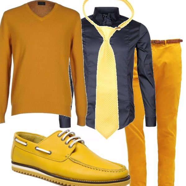 Un po' di colore anche per lui in questo outfit che ha come tonalità predominante il giallo, nei pantaloni, nel maglione da portare sulla camicia annodato sulle spalle, nella cravatta e nelle scarpe davvero originali. Blu e di taglio rigorosamente classico la camicia.