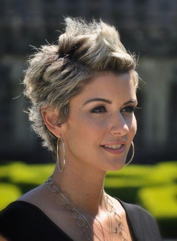 Cortes de pelo corto en punta para mujeres con degradado - ombré