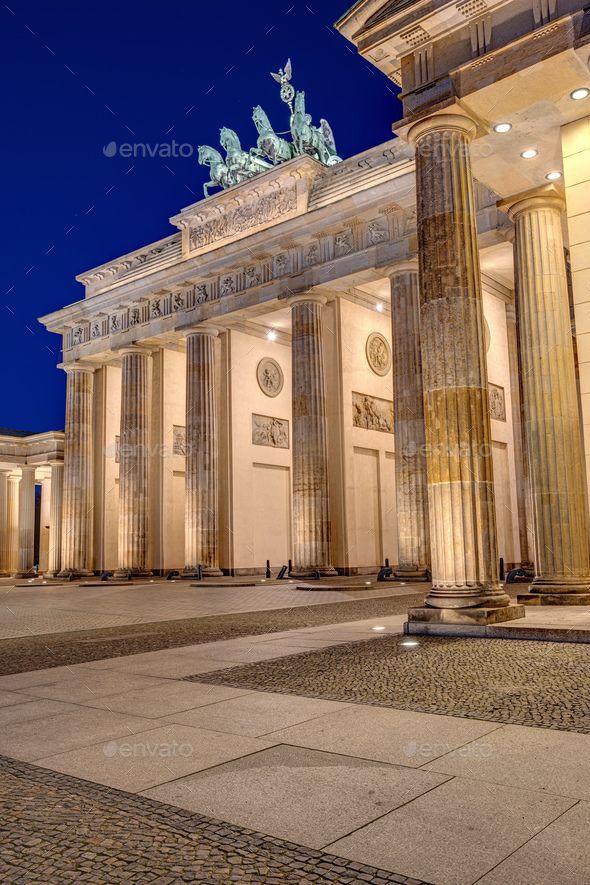 The Famous Brandenburger Tor In 2020 Brandenburg Gate Tor Night Scene