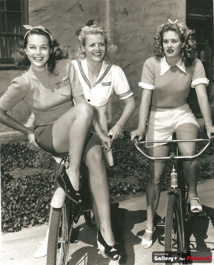 40s ladies in playsuits and wedges!