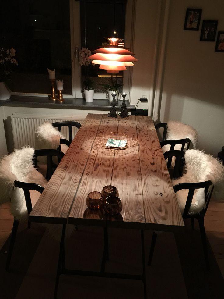 Elsker mit spisebord lavet for 487kr  med træ fra jem og fix, olie fra silvan og ben fra IKEA . Og så lige mine forældres 21 år gamle lampe efter en gang kobber maling :)