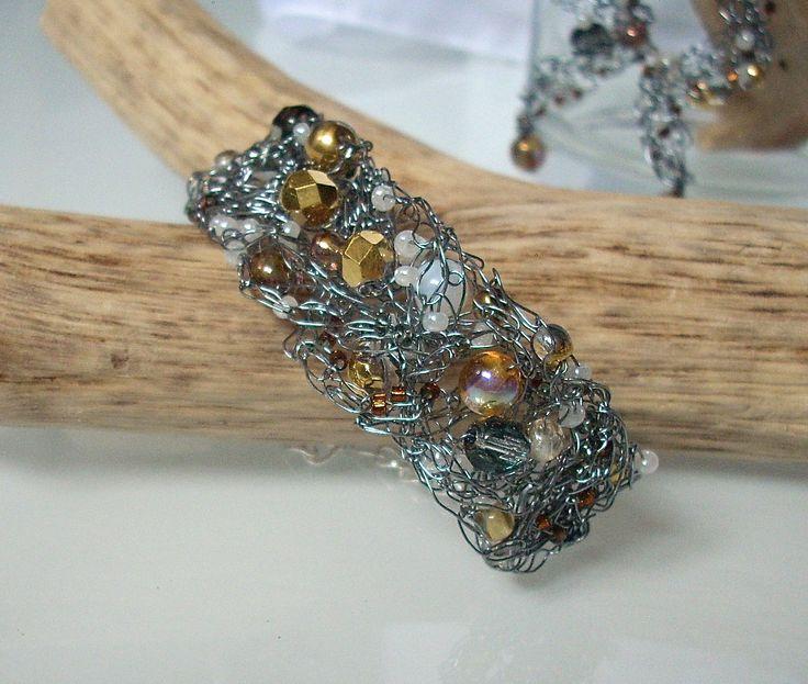 BOEMIA TOPAZ - Bracciale rigido in filo metallico color rodiato con mezzi cristalli, tondi in vetro di Boemia color Topazio, perline di conteria. Chiusura regolabile a catenella.