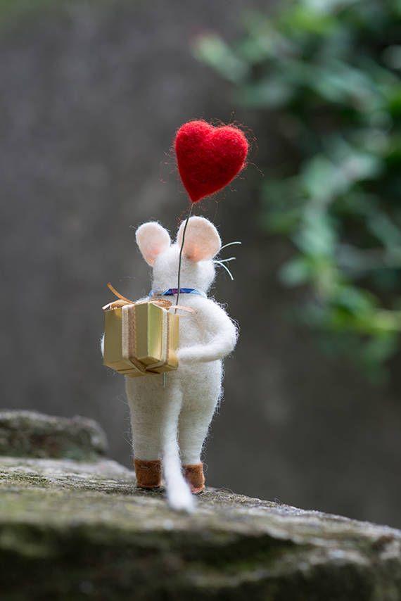 Felt mouse with a gift #FeltMouse Needle felt animal #Feltedanimal Miniature animal #Needlefeltedanimals