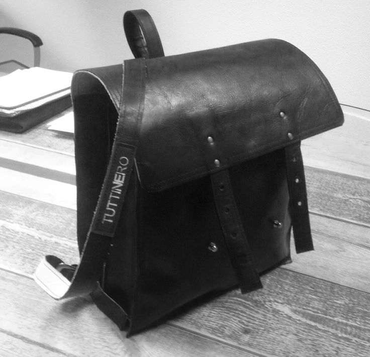 Stoere mannentas, rugtas van zwart rundleer en wit leren accenten binnenin. Gemaakt door Annelies Brouwer-Heersmink eigenaar van tuttinero.com. Old schoolbag, leather backpack. Handmade.