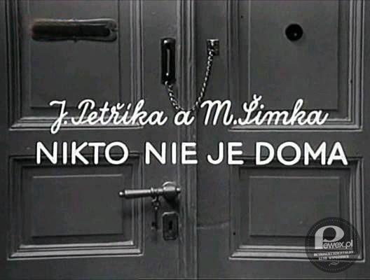 """Serial """"Nikogo nie ma w domu"""" – To był swego czasu bardzo popularny czechosłowacki serial. Z pewnością można by go określić modnym i nadużywanym dziś mianem """"kultowy"""". Podobnie zresztą jak niezapomniana """"Arabela"""". """"Nikto ne je doma"""" opowiadał o perypetiach dzieciaka, który zostawał sam w domu, kiedy jego mama szła do pracy. Jak można się łatwo domyślić, chłopiec pomimo usilnych starań """"bycia grzecznym"""" zawsze w końcu ładował się w mniej lub bardziej poważne tarapaty."""