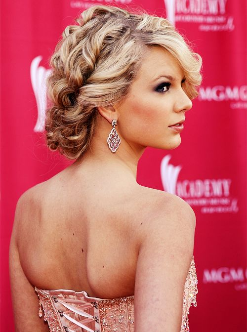 Not a huge Taylor Swift fan, but she looks beautiful in this picture.