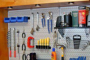 Peg boards, son paneles perforados donde se pueden exponer productos con unos corchetes metálicos, suelen estar en paredes o al final de los murales.