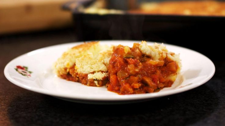 Gehakt 'Parmentier' is een klassieke ovenschotel in laagjes. Maar denk het gehakt gewoon even weg. Voor wie principieel of tussendoor eens een maaltijd wil zonder vlees, is dit een ideaal gerecht. Jeroen combineert een hele waaier aan verse groenten met een dikke laag smakelijke aardappelpuree. Een mengeling van paneermeel en Italiaanse pecorino zorgen voor een pittig en smaakvol kaaskorstje.