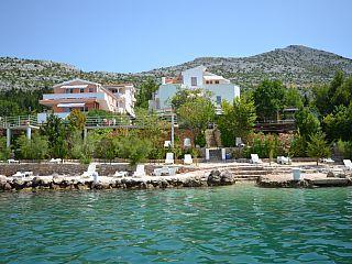 Réservez votre maison de vacances Starigrad-Paklenica, comprenant 2 chambres pour 6 personnes. Votre location de vacances Région de Zadar à partir de 0 € la nuit sur Homelidays. CROATIE