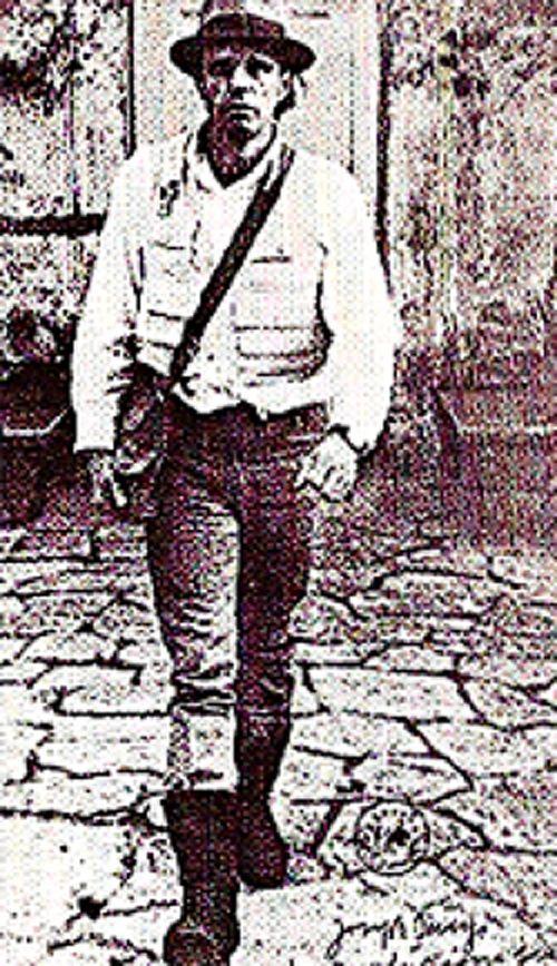 """""""Joseph Beuys: I Like America and America Likes Me"""". Regista: Helmut Wietz. Artista: Joseph Beuys (Germania, 1974, 25'). Dal 23 al 25 maggio 1974 alla galleria di René Block a New York, una cinepresa riprende l'artista chiuso per tre giorni in una gabbia con un coyote. [ #JosephBeuys #artista #NewYork #art #arte ]"""