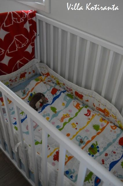 Nykyisen kotimme makuuhuone.  The bedroom of our current home. Vauvan pinnasänky. The baby's crib.