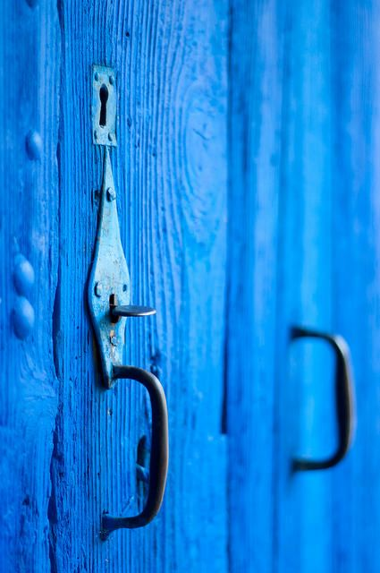 Eloge de l'Ombre, Junichirô Tanizaki, Malaucène, France 2014 | Porte bleu