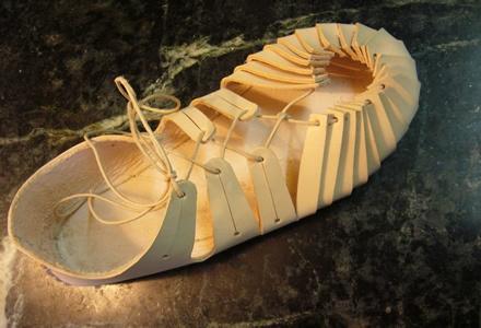 """Chaussures celtes : gauloises, qu'on apelle karbatinai** en langue greque, ou parfois """"brogues"""", ici environ 1er siècle avant JC."""