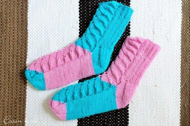 Pitsivillasukat piirakkaneuleella / wool socks with lace Essin koti -blog  http://essinkoti.blogspot.fi/2015/05/aitienpaivalahjuksia.html Photo: Essi Markoff