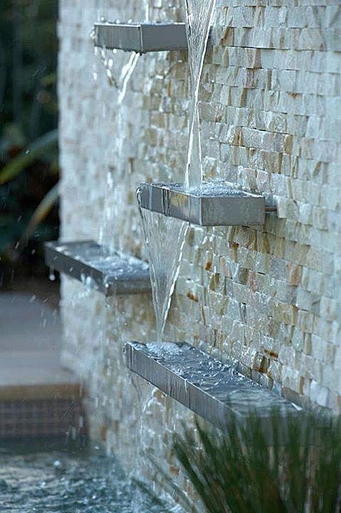Calhas de Aço Inox com cascata de água na piscina para criar uma sensação de movimento. As calhas são de comprimento e altura aleatórias, criando assim uma escultura interessante mesmo quando a água não estiver sendo executado.  (Direitos autorais da foto - Danny Kildare)