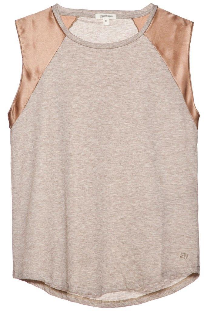 Remera sin mangas ,de algodón con seda, manga corta, cuello redondo, calce suelto.  Composición: 50% seda, 50% algodón. Pertenece a la nueva colección P/V 2015 de Etiqueta Negra.