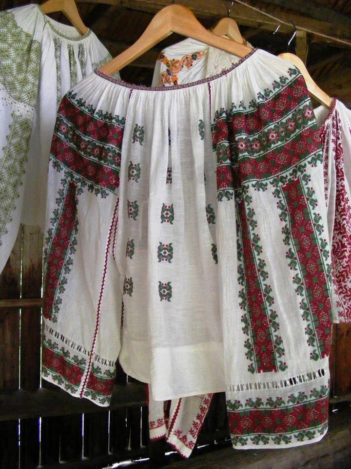 "Traditional/Folk Romanian hand embroidered bouse ""IE"" by IIA Calatoare (FB)"