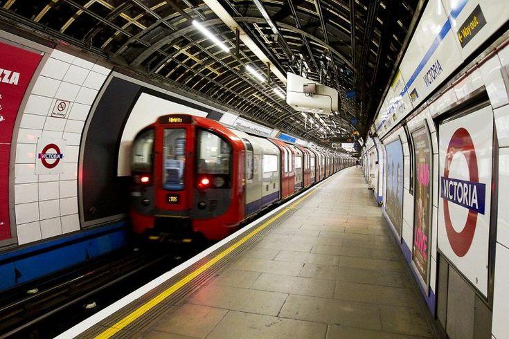 """Лондонская подземка — 270 станций  Известное лондонское метро впервые открылось в 1863, как """"подземная железная дорога"""". Первая электрическая линия была запущена только в 1890. Самая первая система метров в мире является третьей по длине, с 402 километрами и более чем 1.2 миллиардами пользователей каждый год."""