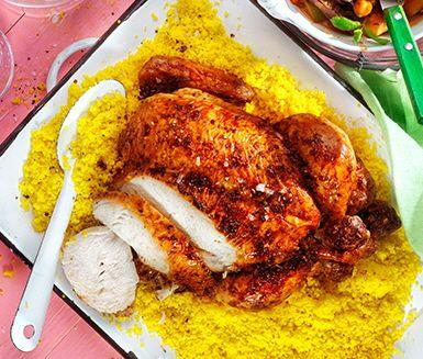 Helstekt kyckling med rostade grönsaker i nordafrikanska kryddor. Couscous med saffran och harissa med skjuts av både spiskummin, vitlök och koriander gör middagen komplett.