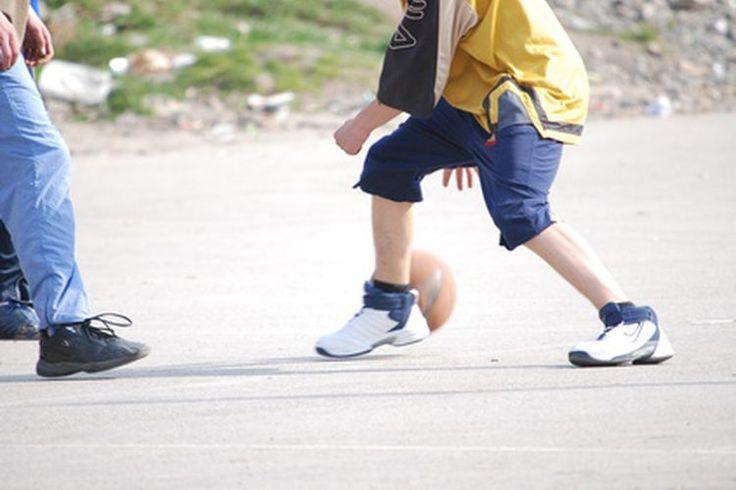 Entrenamiento de resistencia en baloncesto. El entrenamiento de resistencia en el baloncesto es esencial para los jugadores que buscan mantener su energía a lo largo del juego y de una temporada. Aunque el entrenamiento de resistencia puede desarrollarse fuera de la cancha de baloncesto, es ...