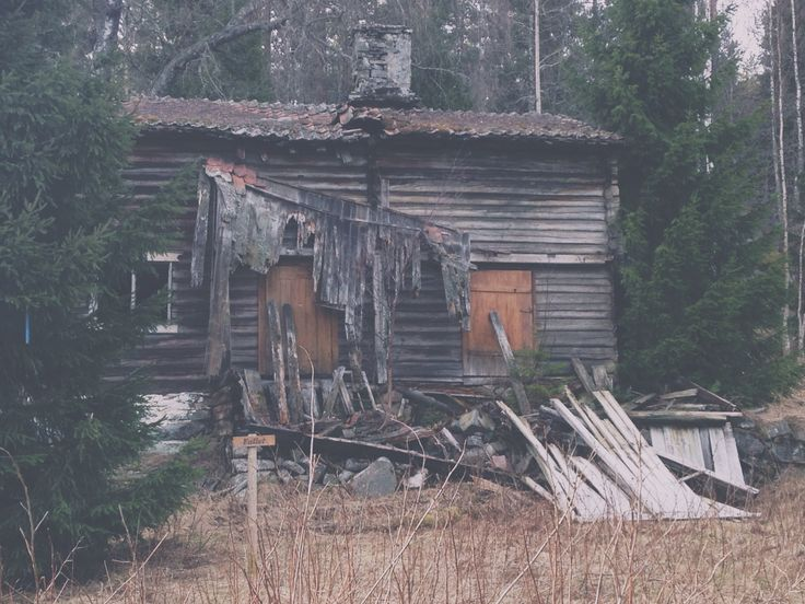 Abandoned old house in the forest. Sunday walk, and one of my favorite places to go for walks.  #abandoned #explore #exploring #woods #forest #oldhouses
