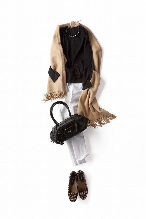 地味になりがちな秋冬のコーディネートに白を一つ 入れる。見た目の印象も、自分自身の心も華やぎます。たとえば、ホワイトデニムで!足元はレオパード柄のオペラシューズでパンチを少しプラスしました。寒い日にはH&Mでこの前買った黒いニットのレッグウォーマーをくしゅくしゅっとプラスしてよく着ています。黒・白・ベージュの王道配色だから、クリーンにまとめ過ぎないことがポイント。