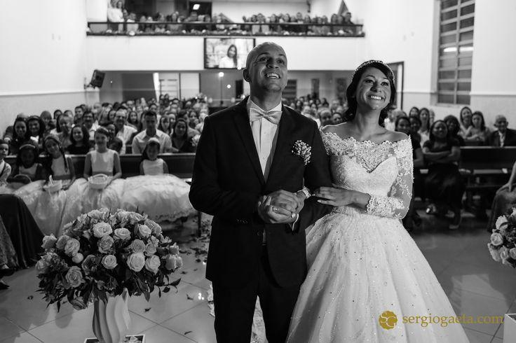 #weddingphotojournalism #noivos #novios #bride #groom #weddingdress #weddingceremony #fotojornalismocasamento #assembleiadedeus #igreja #church #weddingbrazil #weddingdress #smile #happiness