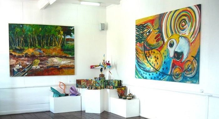 Readytex Art Gallery is de toonaangevende particuliere verkoper van Surinaamse fijne visuele kunst en ambacht. De Art Gallery en de Craft Shop liggen binnen